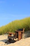 在海滩的长凳 库存图片