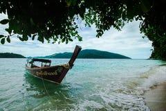 在海滩的长尾巴小船在热带海岛,酸值Lipe,安达曼s上 库存照片