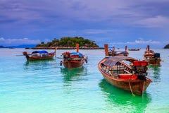 在海滩的长尾巴小船在热带海岛,酸值Lipe,安达曼s上 免版税图库摄影