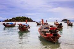 在海滩的长尾巴小船在热带海岛,酸值Lipe,安达曼s上 库存图片