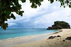 在海滩的长尾巴小船在热带海岛,酸值Lipe,安达曼s上 免版税库存照片