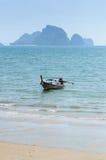 在海滩的长尾巴小船在Krabi泰国 库存图片