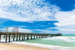 在海滩的长的桥梁 图库摄影