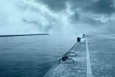 在海洋的闪电 免版税库存照片