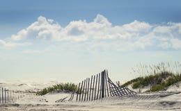 在海滩的闪耀的晴天 免版税库存照片