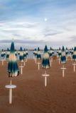 在海滩的闭合的遮阳伞 免版税库存图片