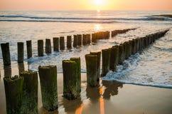 在海滩的防堤在日落在Domburg荷兰 库存图片