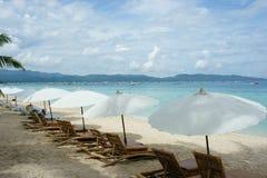 在海滩的阳伞和海滩睡椅 免版税库存图片