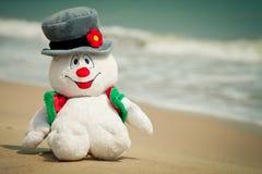 在海滩的雪人玩具 图库摄影