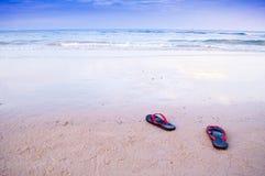 在海滩的鞋子沿海和蓝天 库存图片