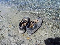 在海滩的鞋子 库存图片