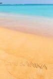 在海滩的题字斯里兰卡由蓝色海 免版税图库摄影