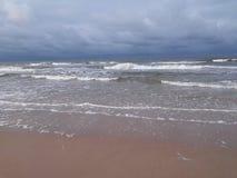 在海滩的风雨如磐的云彩 库存图片