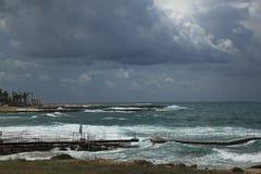 在海滩的风雨如磐的天空 免版税库存照片