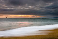 在海洋的风雨如磐的日落 免版税库存图片