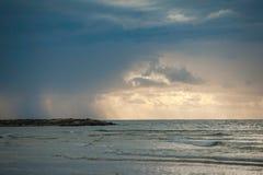 在海滩的风暴 图库摄影