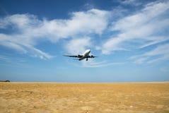 在海滩的飞机 库存照片