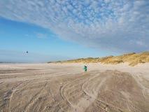 在海滩的飞行风筝丹麦,欧洲 免版税库存图片
