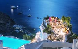 在海洋的餐馆大阳台在晚上 豪华和假日c 库存图片