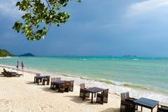 在海滩的饭桌在多暴风雨的天气 库存照片
