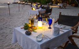 在海滩的饭桌设置 免版税库存照片
