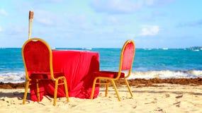 在海滩的饭桌 免版税库存图片