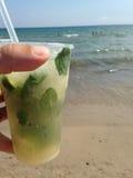 在海滩的饮料 库存照片