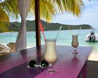 在海滩的饮用的鸡尾酒 库存照片