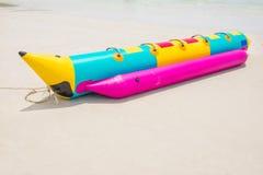 在海滩的香蕉船 库存图片
