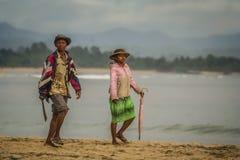在海滩的马达加斯加人的夫妇 库存照片