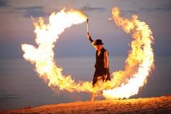 在海滩的令人敬畏的火展示 免版税库存图片