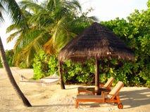 在海滩的轻便折叠躺椅 免版税图库摄影