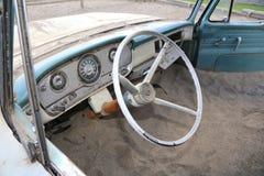 在海滩的经典卡车-葡萄酒汽车游览美国旅行 免版税库存照片