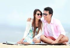 在海滩的年轻夫妇 图库摄影