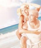 在海滩的年轻家庭 免版税库存照片