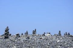 在海滩的黑岩石在酸值Hin Ngam,泰国 库存图片