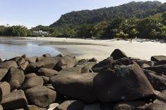 在海滩的黑岩石 库存照片