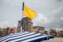 在海滩的黄旗 免版税库存照片