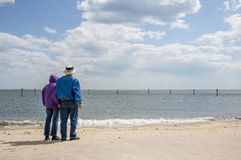 在海滩的更旧的夫妇 库存图片
