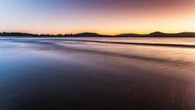 在海滩的黎明 免版税库存图片