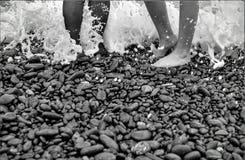 在海滩的黑白脚 免版税图库摄影
