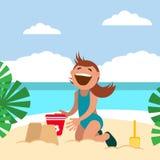 在海滩的滑稽的孩子 在海滩的男孩晒日光浴的和修造的沙子城堡 免版税库存图片