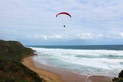 在海滩的滑翔伞 免版税库存照片
