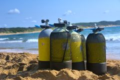 在海滩的水肺坦克 免版税库存照片