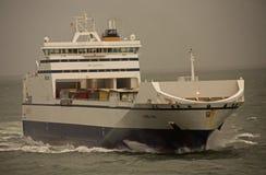 在海洋的货船 免版税库存图片