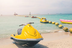 在海滩的黄色喷气机滑雪 免版税图库摄影