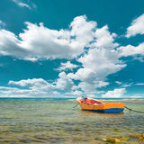 在海滩的黄色小船 免版税库存图片