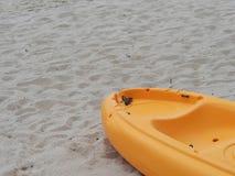 在海滩的黄色皮船小船 免版税图库摄影