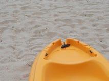 在海滩的黄色皮船小船 库存图片