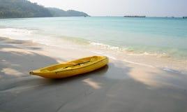 在海滩的黄色皮船 免版税库存图片